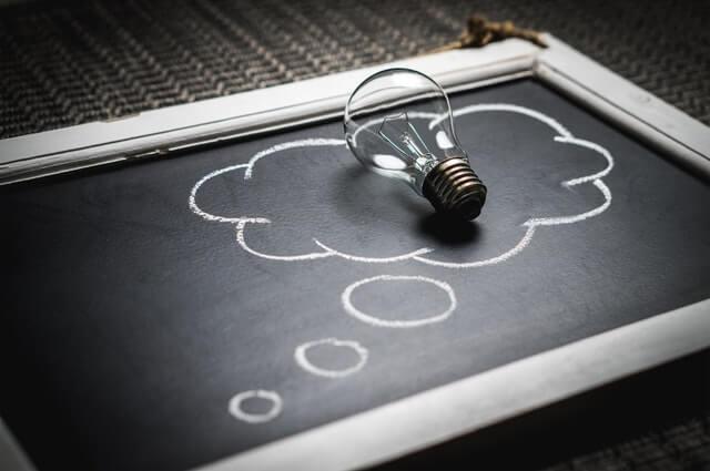 Schiefertafel mit Ideenglühbirne