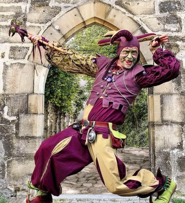 Hofnarr in buntem Kostüm (Image by Momentmal from Pixabay CC0)